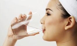 """Зошто не треба да пиете вода која """"преноќувала""""?"""