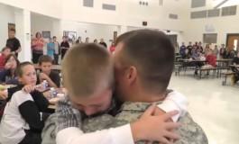 Војник година дена не го видел своето синче па решил да го изненади на училиште (видео)