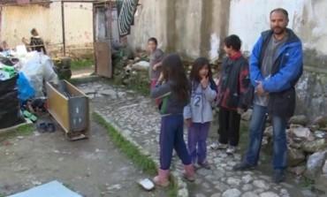 Поради сиромаштија самохран татко од Куманово принуден да се раздели од шесте деца (видео)