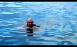 Маринец демонстрира како да се спасите од давење со вашите панталони (видео)