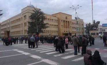 Кумановските стечајци на протест пред Собранието се заканија со блокади и штрајк со глад