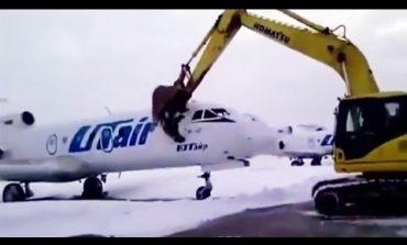 Добија отказ па решија с'с багер да уништи авион (видео)