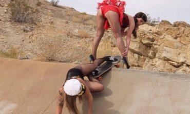 Во мрежести чорапи и штикли на скејтборд (видео)