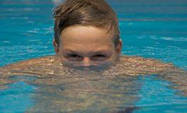 Зошто по капење во базен ви поцрвенуваат очите?