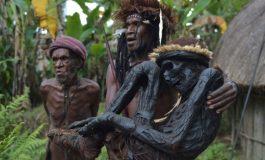 Своите предци ги чуваат засекогаш и ги шетаат низ селото (фото)