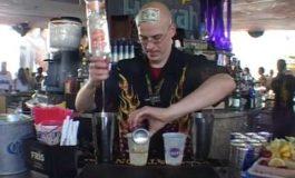 Ова е бармен, но сите мислат дека е магионичар (видео)