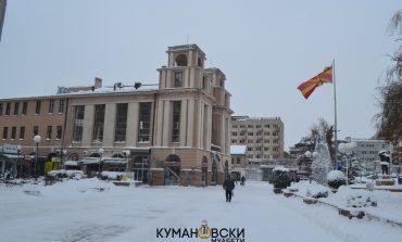 Снежната идила низ центарот на Куманово (галерија)