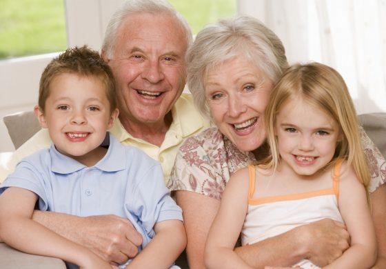 Децата кои ги чуваат бабите и дедовците израснуваат во пољубезни и попаметни тинејџери