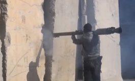 Страшна снимка: Џихадист ракетира ирачки борци, ракетата паѓа пред нив (видео)