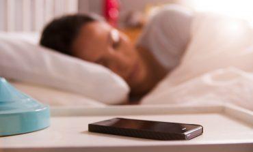 Зошто не треба да спиете со телефонот до вас?