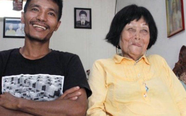 Љубовта не брои години: Тој има 28, а таа 82. Се венчале по еден телефонски повик (видео)