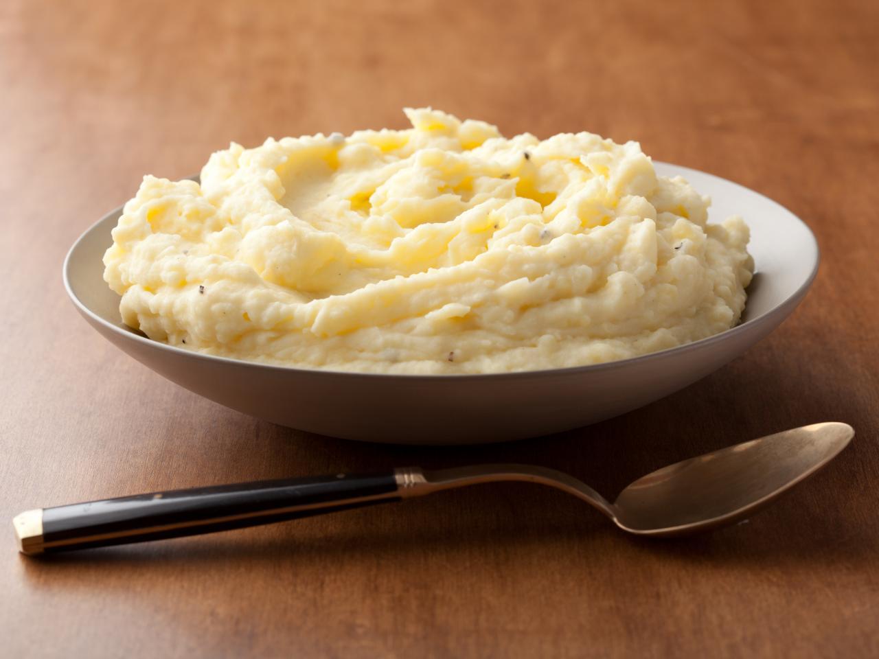 Цел живот погрешно готвите и го уништувате вкусот - Еве како правилно се прави пире од компири