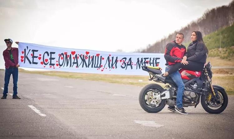 Македонска романтика - ја запроси на мотор на едно тркало (видео)