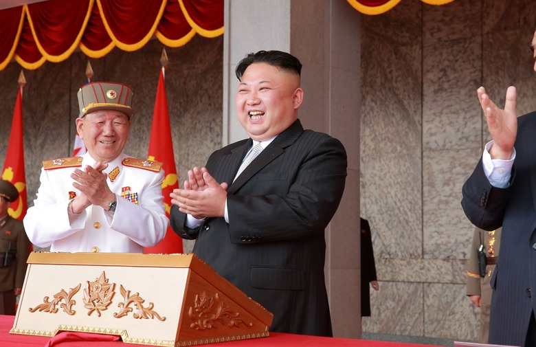 Северна Кореја пропиша 15 прифатливи фрузири (фото)