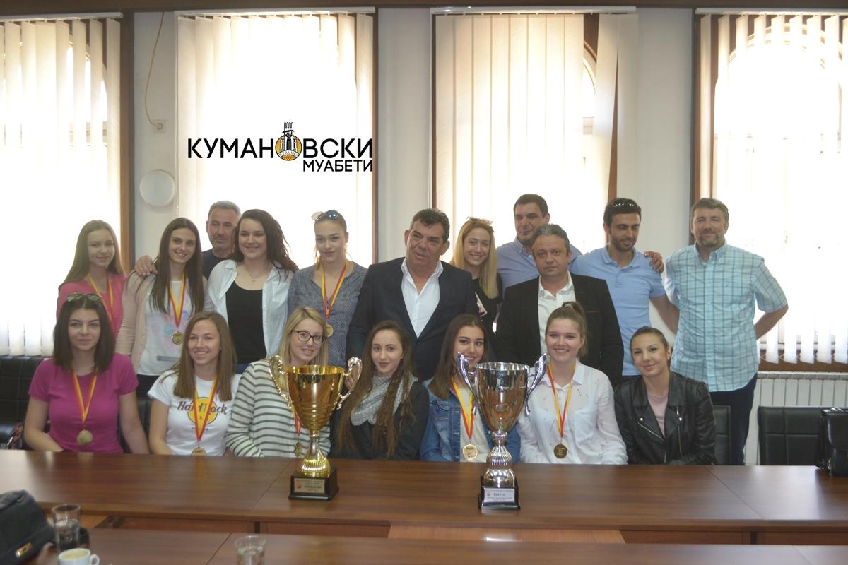 Шампионките на СВСК на прием кај градоначалникот (фото+видео)