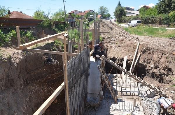 Активно се работи на реконструкција на мостот во населба Карпош (фото+видео)