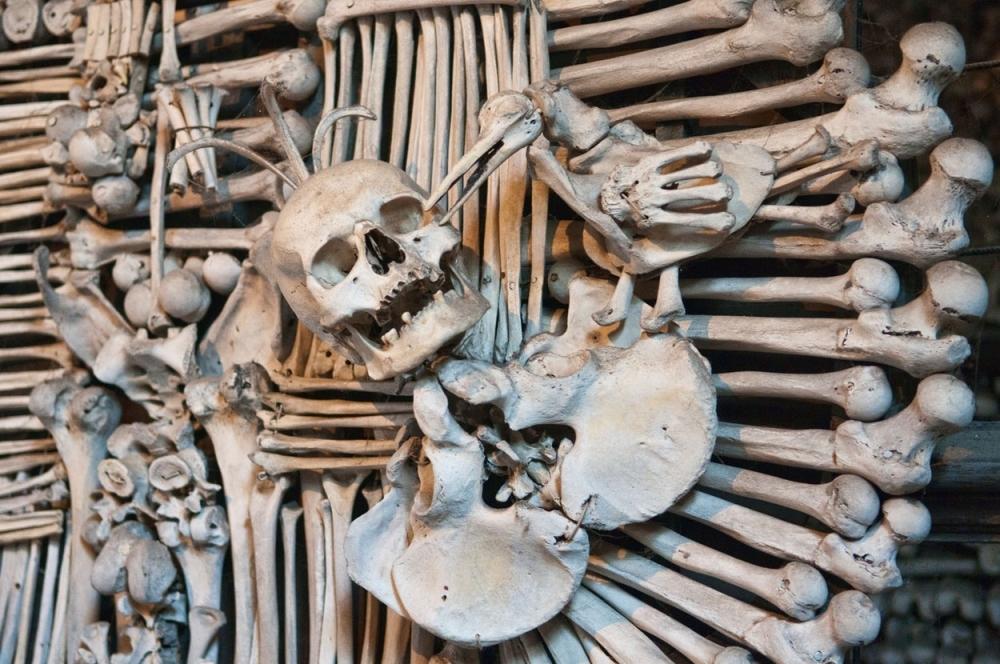 БИЗАРНО: Направиле црква од 40.000 човечки скелети (фото+видео)