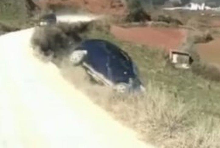 Проба да га окрене авто и окрена га, ама на кров (видео)