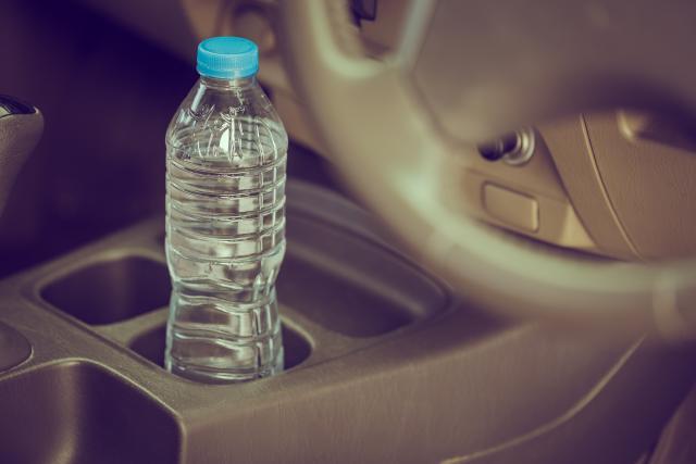 Зошто не смеете да пиете вода од шише кое стоело во автомобил?