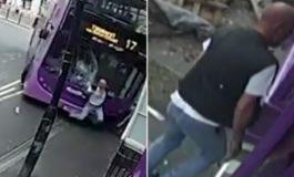 Автобус го удри и влечеше неколку метри, но тој стана и влезе во паб (видео)