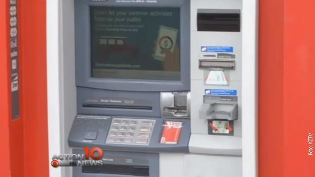 Се задглавил во банкомат па пишувал писма за помош