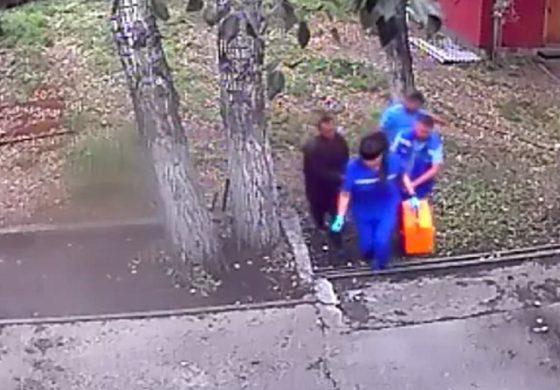 Пијан Русин влегол во кафез да нахрани медвед: Тој се нахранил, но со неговата рака (видео)