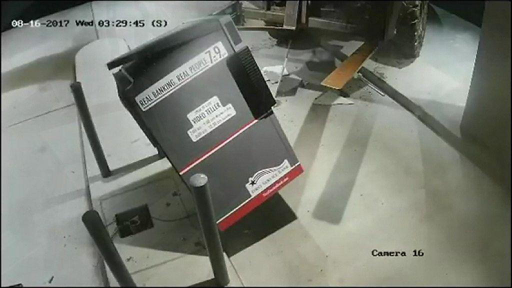 Со виљушкар однесоа цел банкомат (видео)