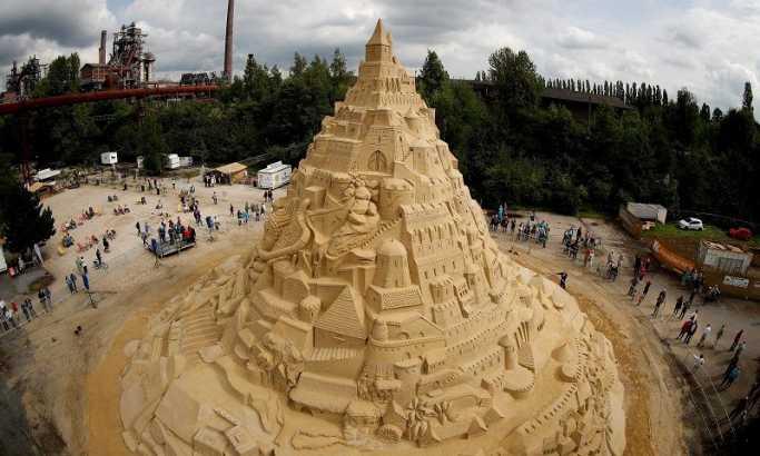Ова е највисокиот песочен замок во светот!