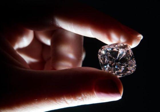 На аукција дијамант кој бил на круните на француските владетели (видео)