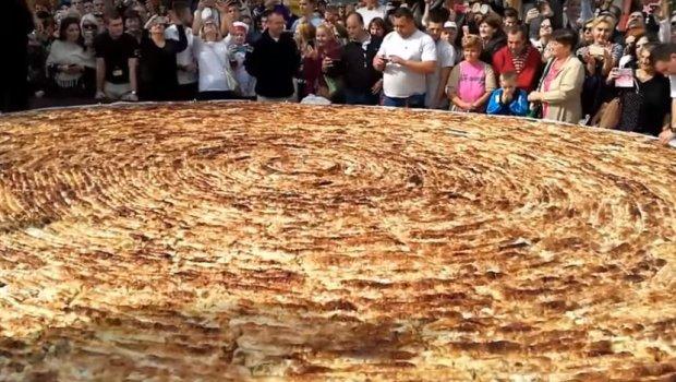 Босанците направија бурек од 650 килограми: Се борат за влез во Гинис (видео)