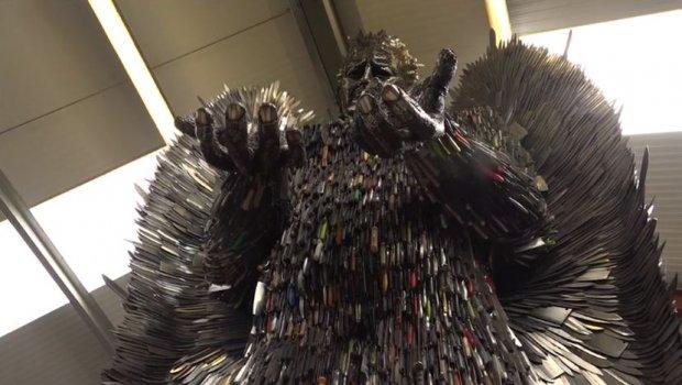 """Од 100.000 ножеви со кои се убиени луѓе направил статуа """"Ангел на смртта"""" (фото+видео)"""