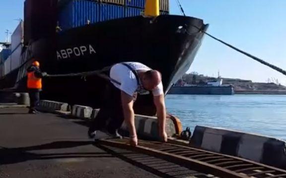 ВЕРУВАЛЕ ИЛИ НЕ: Овој човек може да повлече брод (видео)