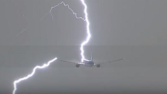 ДРАМАТИЧНА СНИМКА: Гром удира во авион неколку моменти по полетувањето (видео)