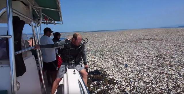 Остров од отпадоци плови по Карипското море (видео)