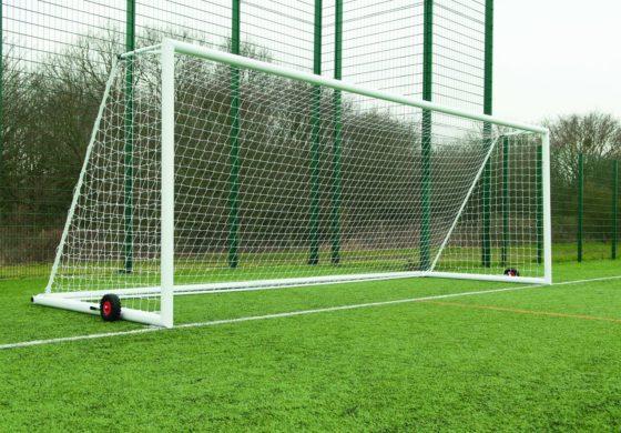 Зошто одалеченоста помеѓу стативите во фудбалот е токму седум метри?