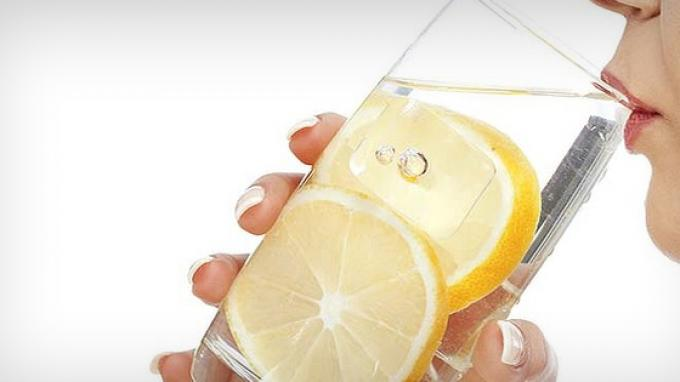 Помага ли навистина за слабеењето водата со лимон?