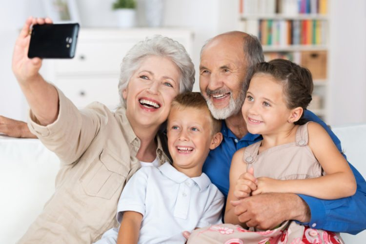 Грижата за внуците додава 5 години во животот на бабите и дедовците