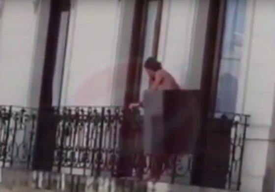 Имаа секс на балконот, сите гледаа и аплаудираа (видео)