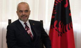 Еди Рама гаѓан со чевел во главата во албанскиот парламент (видео)