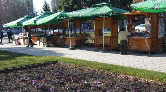 Поставени унифицирани тезги на градскиот плоштад во Куманово за новогодишниот базар