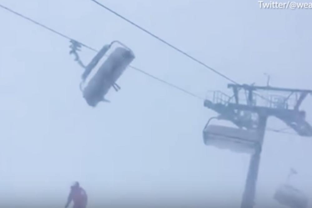 Останале заробени на жичарница среде страшна бура, ветерот ги фрлал на сите страни (видео)