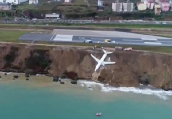 НЕВЕРОЈАТНА СНИМКА: Авион полн со патници слета од пистата и заврши на чекор од морето (видео)