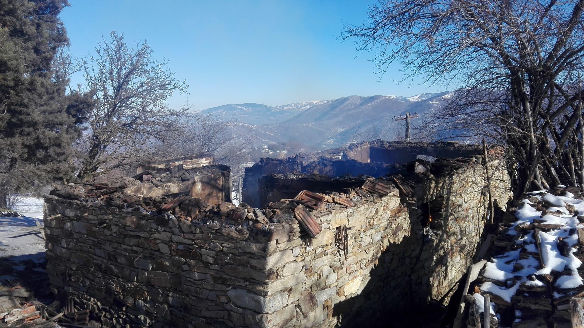 Три куќи изгореа во пожар во село Мглинце (фото)