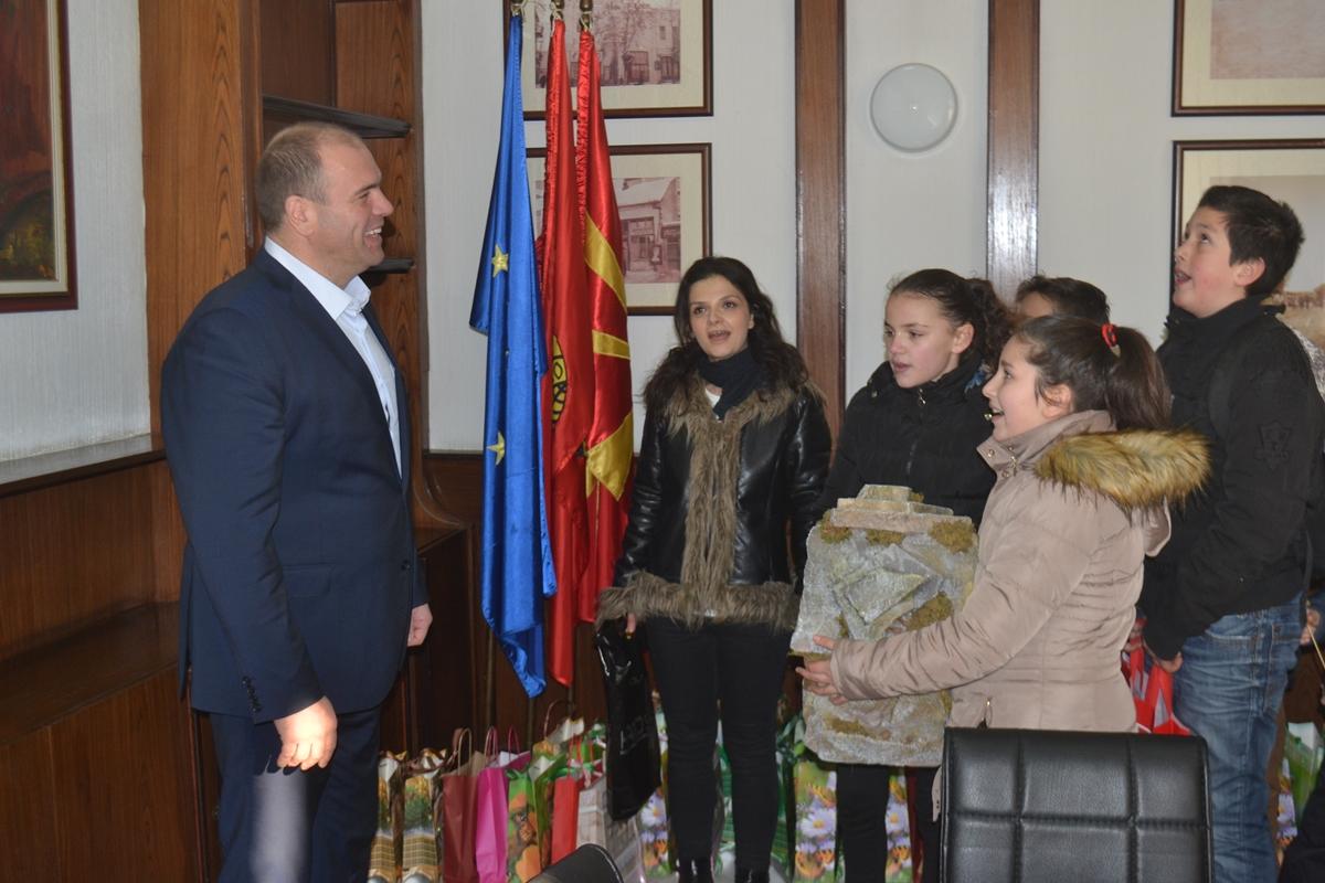 Дечињата од Бадниковата поворка го посетија градоначалникот Димитриевски (фото+видео)