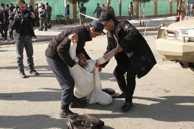 95 лица загинаа во експлозија во Авганистан