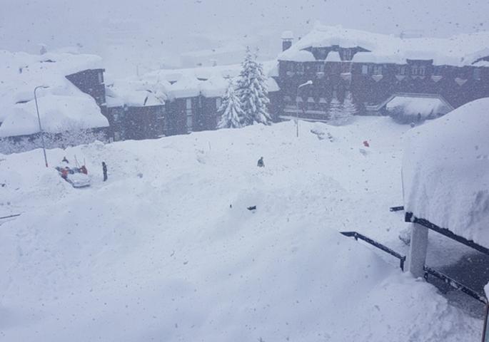 Алпите отсечени од светот, 10.000 туристи под снегот