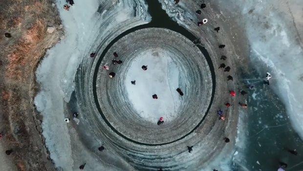 Мистериозен леден круг: Се формирал на реката и се врти, а луѓето доаѓаат да се возат на него (видео)