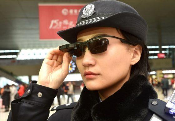 Полицијата во Кина носи очила за препознавање криминалци (ФОТО)