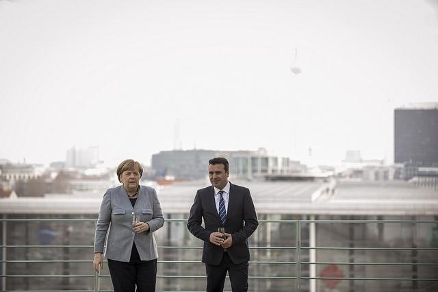 Грчките медиуми и забележуваат на Меркел за пречекот на македонскиот премиер