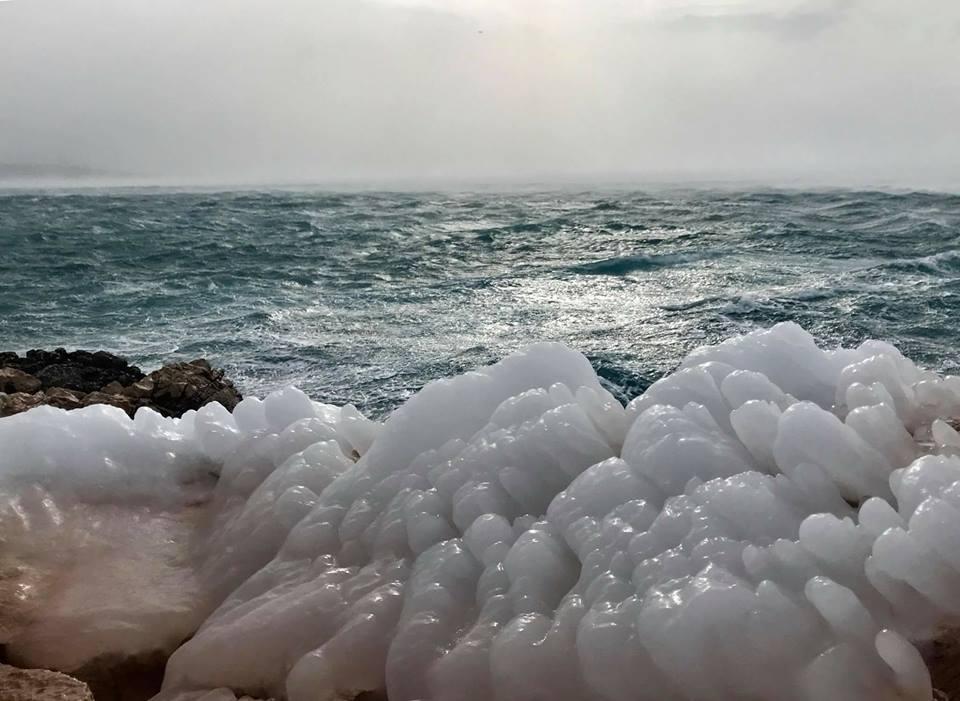ЕКСТРЕМНИ ТЕМПЕРАТУРИ: Замрзна брегот на Јадранот (ФОТО)